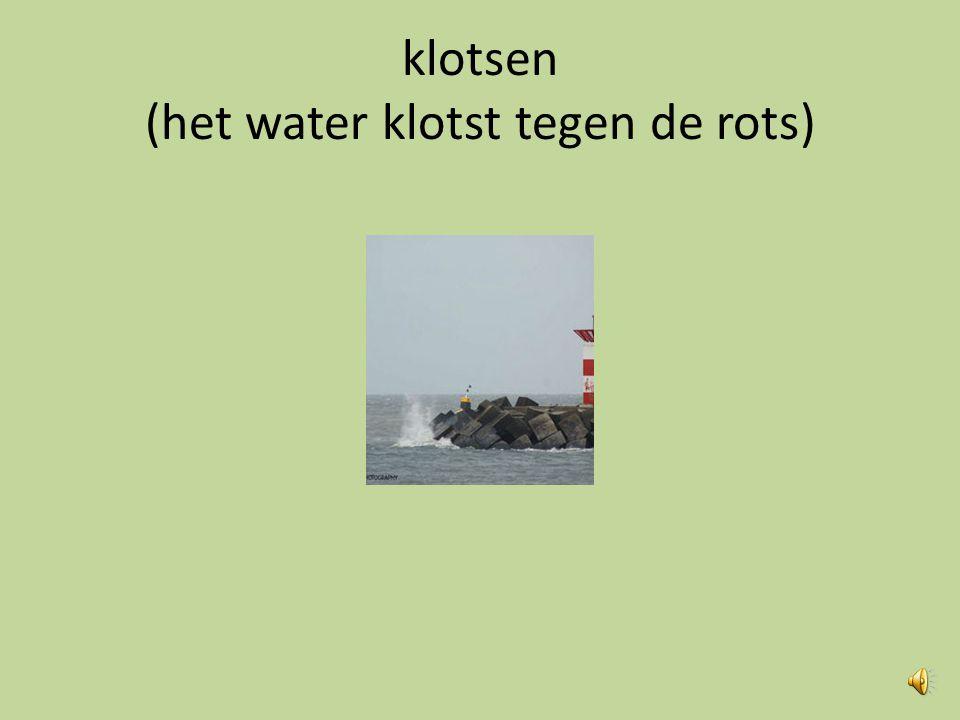 klotsen (het water klotst tegen de rots)