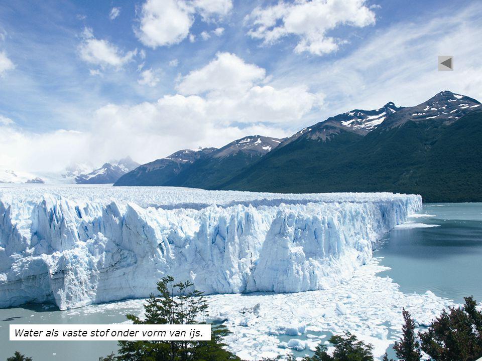 Water als vaste stof onder vorm van ijs.