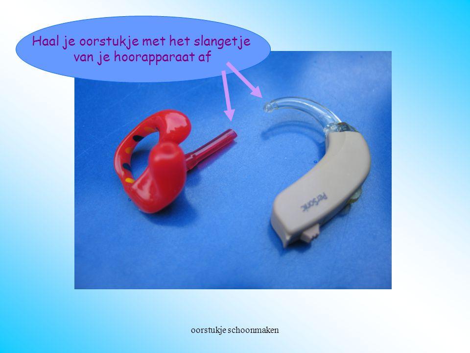 Haal je oorstukje met het slangetje van je hoorapparaat af