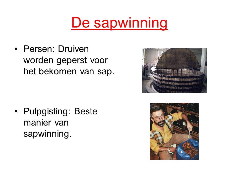 De sapwinning Persen: Druiven worden geperst voor het bekomen van sap.
