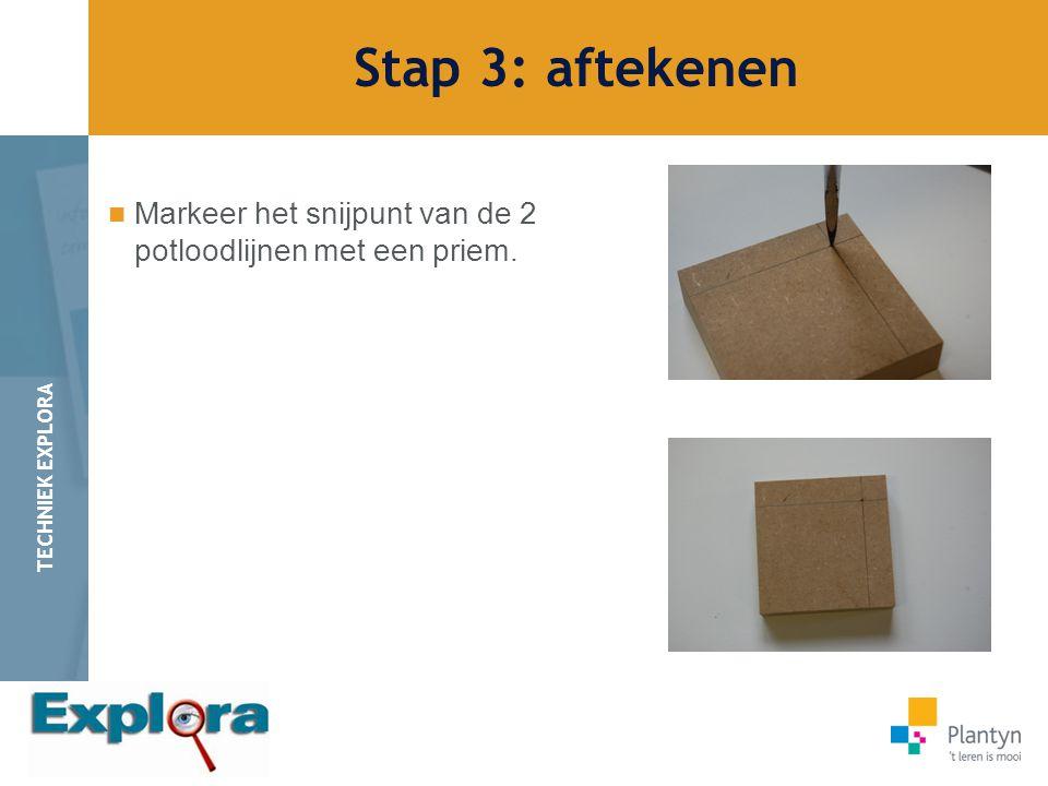 Stap 3: aftekenen Markeer het snijpunt van de 2 potloodlijnen met een priem.