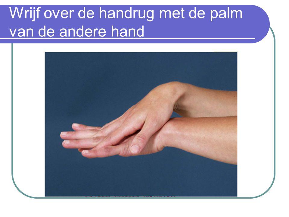 Wrijf over de handrug met de palm van de andere hand