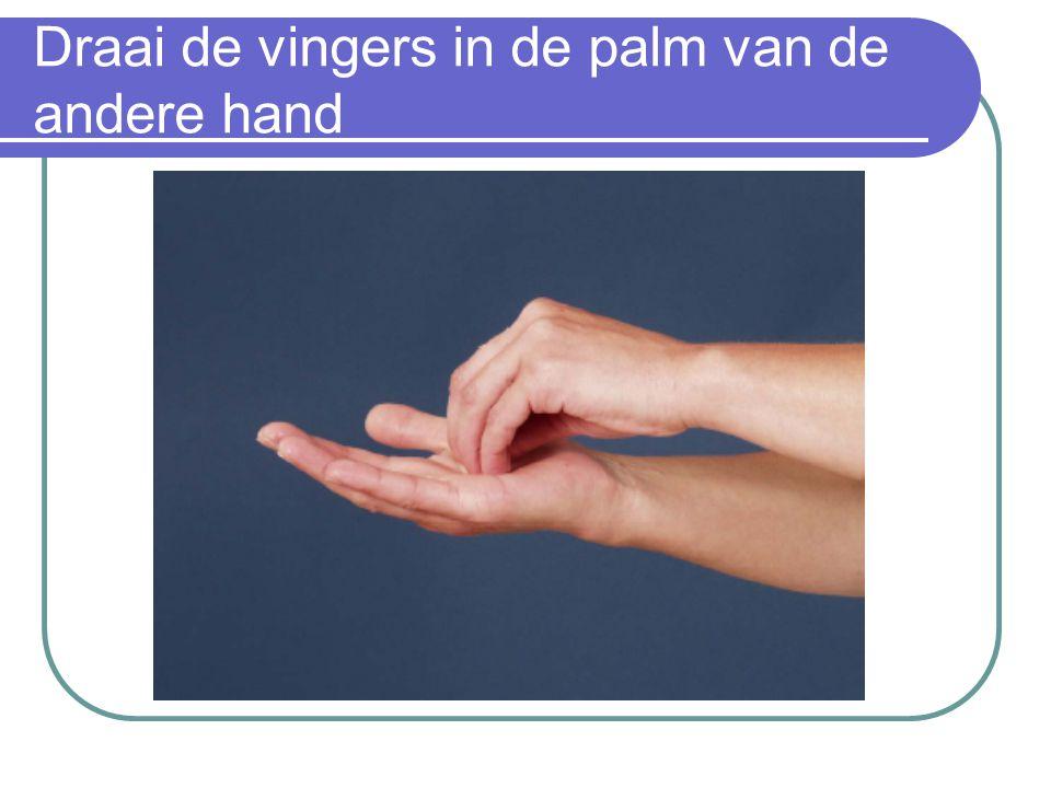 Draai de vingers in de palm van de andere hand