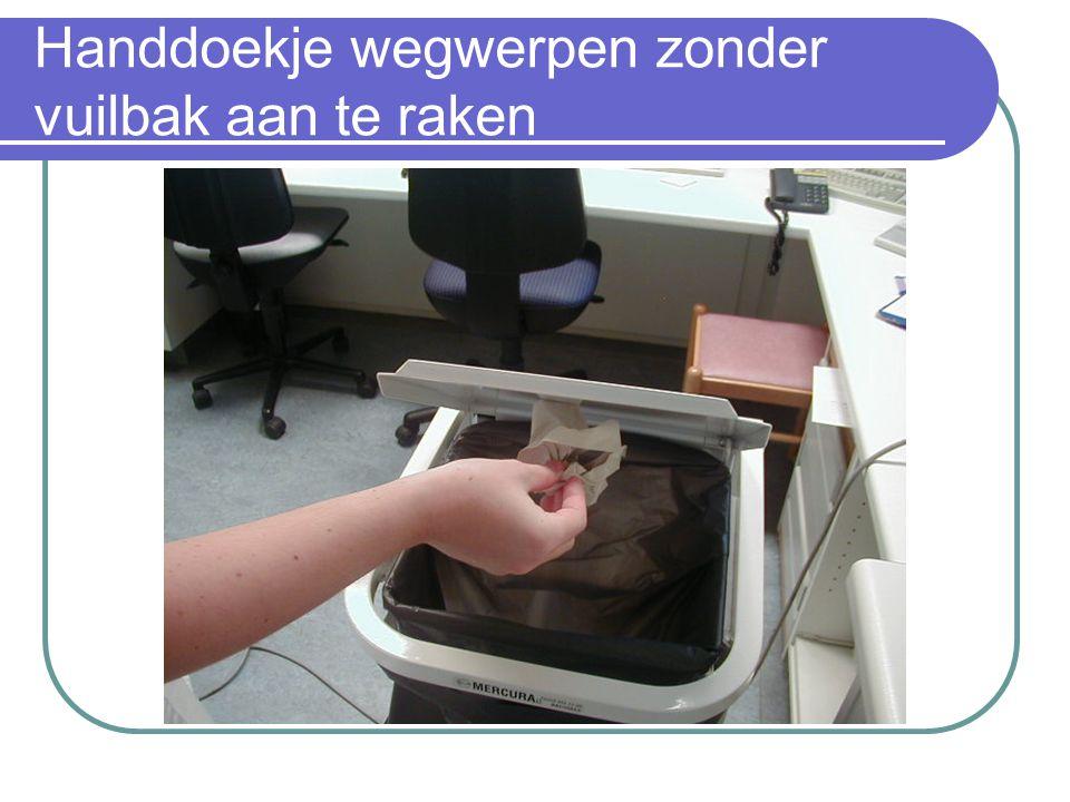 Handdoekje wegwerpen zonder vuilbak aan te raken