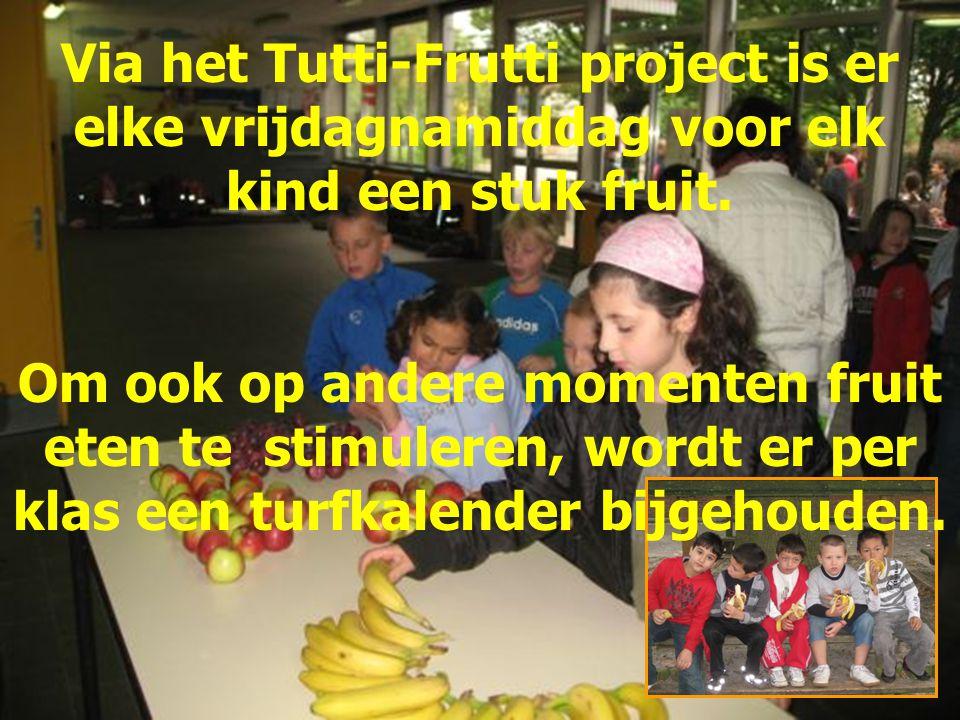 Via het Tutti-Frutti project is er elke vrijdagnamiddag voor elk kind een stuk fruit.