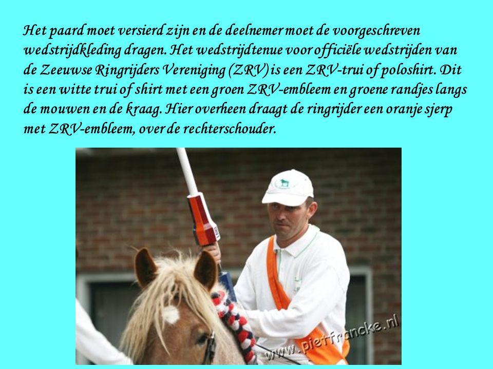 Het paard moet versierd zijn en de deelnemer moet de voorgeschreven wedstrijdkleding dragen.