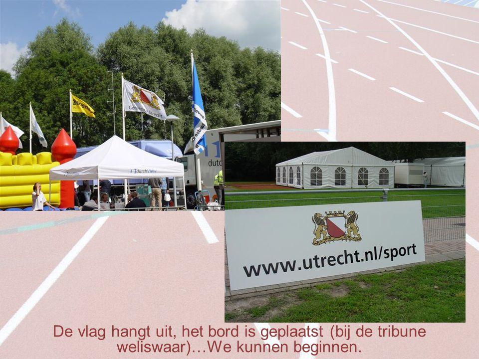 De vlag hangt uit, het bord is geplaatst (bij de tribune weliswaar)…We kunnen beginnen.