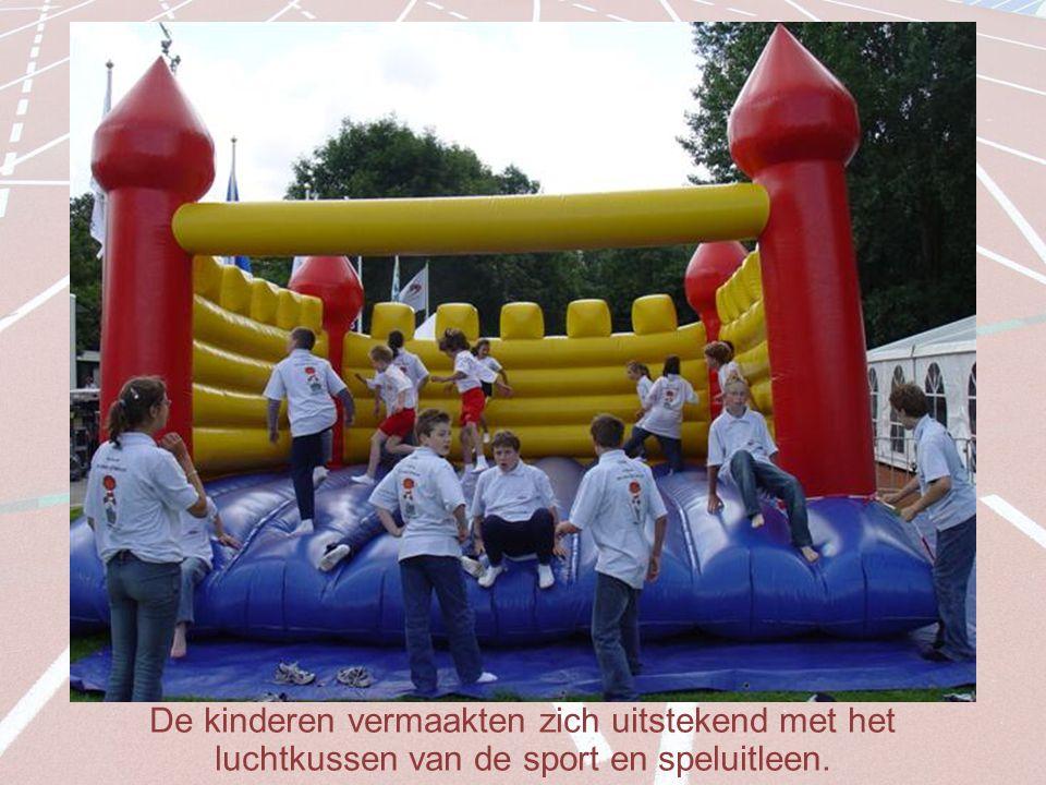 De kinderen vermaakten zich uitstekend met het luchtkussen van de sport en speluitleen.
