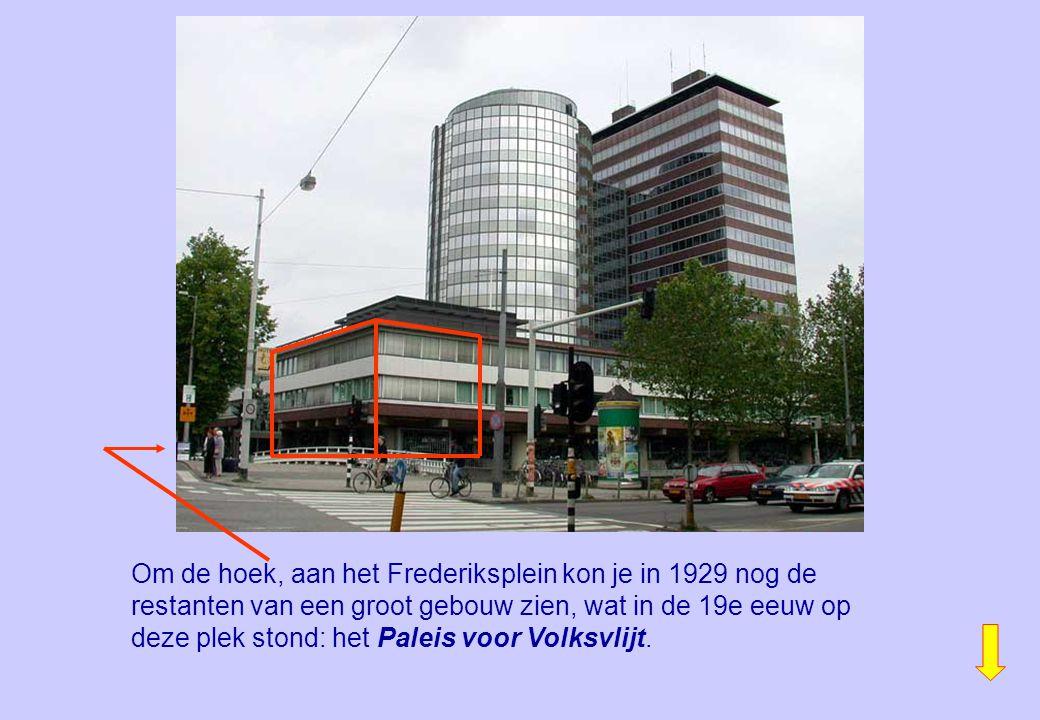 Om de hoek, aan het Frederiksplein kon je in 1929 nog de restanten van een groot gebouw zien, wat in de 19e eeuw op deze plek stond: het Paleis voor Volksvlijt.