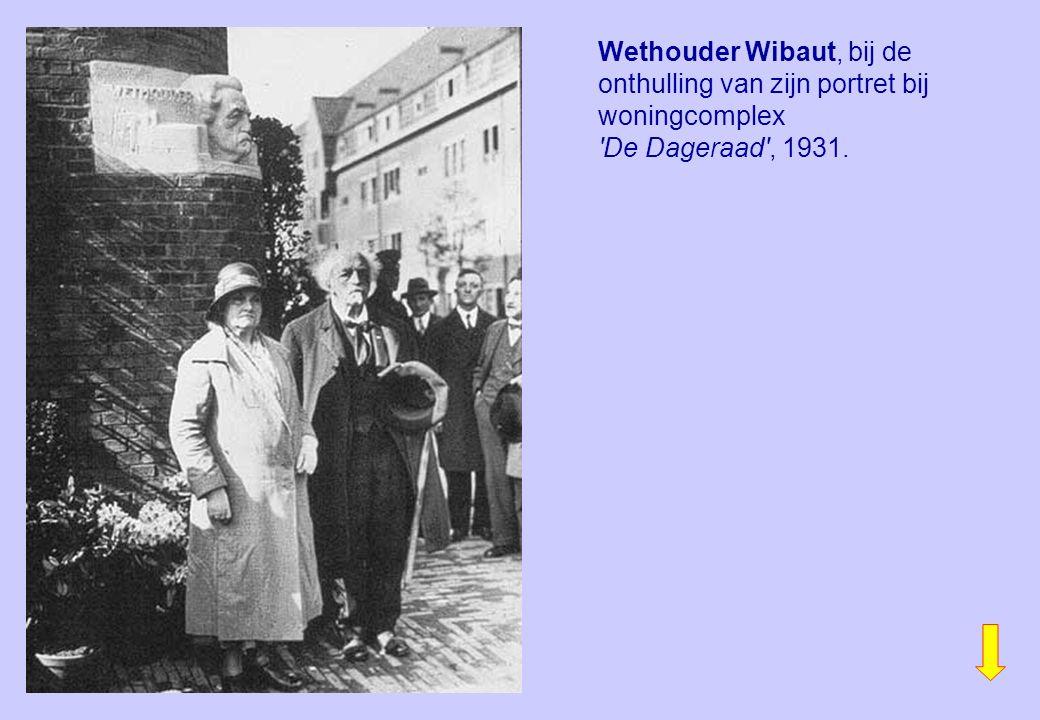 Wethouder Wibaut, bij de onthulling van zijn portret bij woningcomplex De Dageraad , 1931.