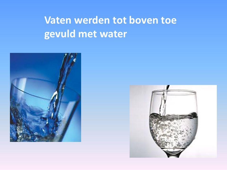 Vaten werden tot boven toe gevuld met water