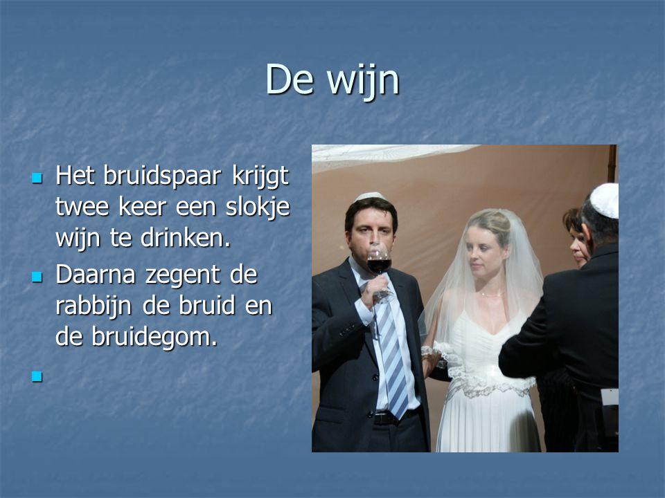 De wijn Het bruidspaar krijgt twee keer een slokje wijn te drinken.