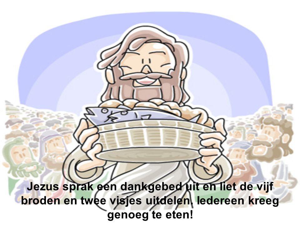 Jezus sprak een dankgebed uit en liet de vijf broden en twee visjes uitdelen.