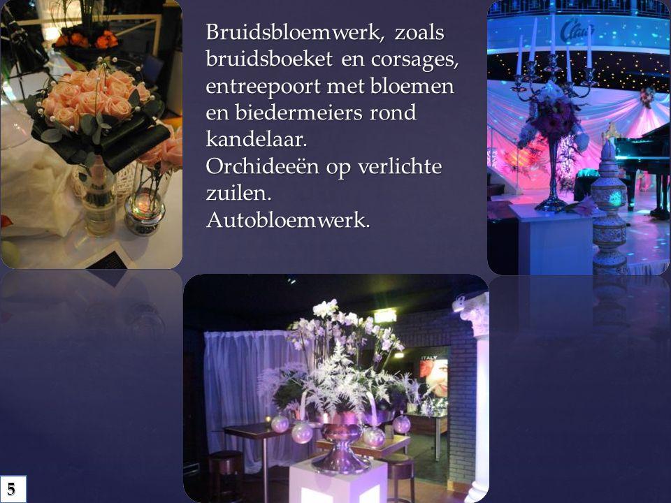 Bruidsbloemwerk, zoals bruidsboeket en corsages, entreepoort met bloemen en biedermeiers rond kandelaar. Orchideeën op verlichte zuilen. Autobloemwerk.