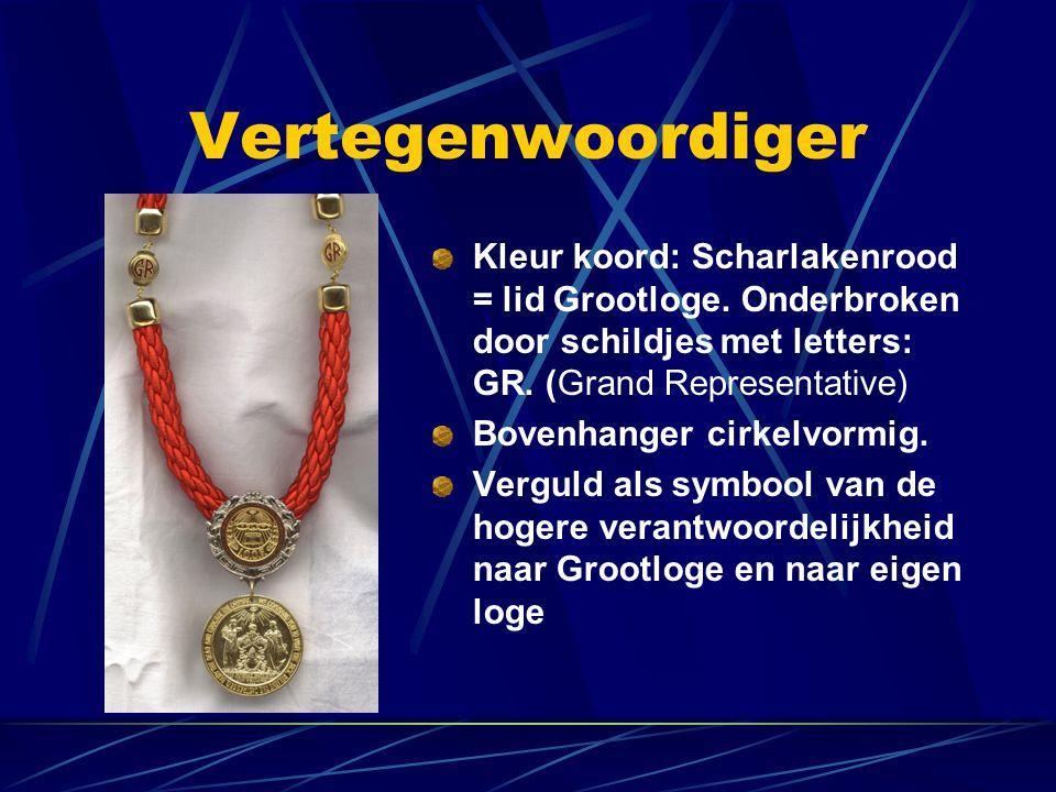 Vertegenwoordiger Kleur koord: Scharlakenrood = lid Grootloge. Onderbroken door schildjes met letters: GR. (Grand Representative)