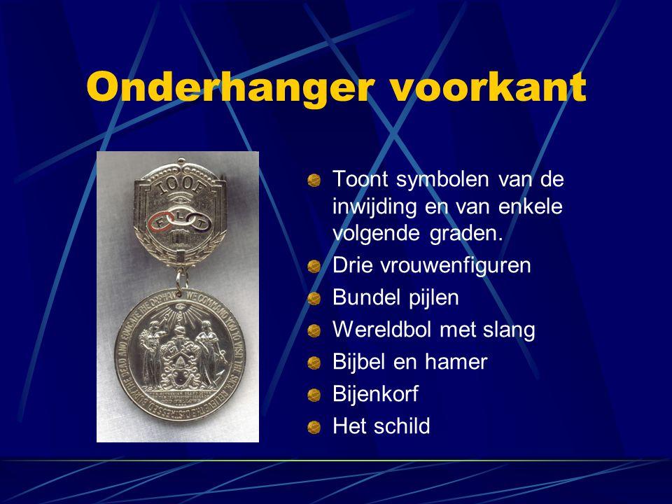 Onderhanger voorkant Toont symbolen van de inwijding en van enkele volgende graden. Drie vrouwenfiguren.