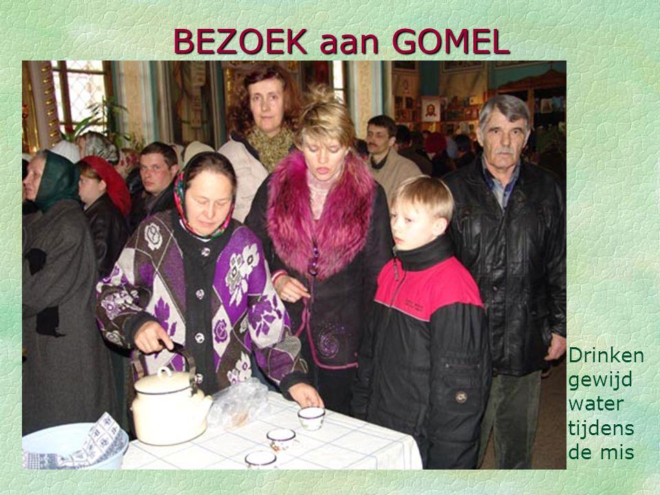BEZOEK aan GOMEL Drinken gewijd water tijdens de mis