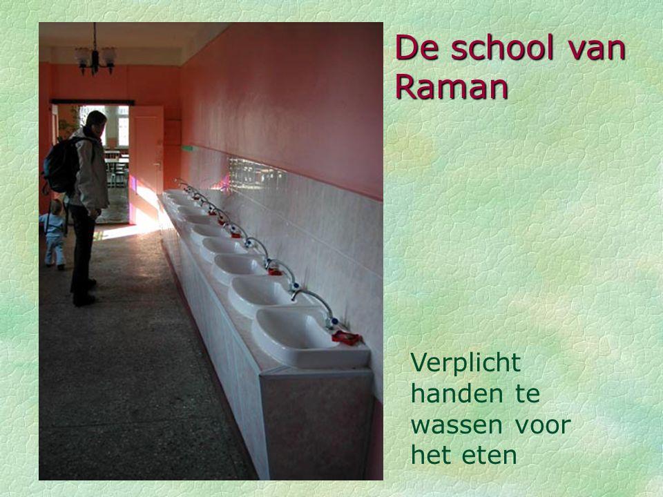 De school van Raman Verplicht handen te wassen voor het eten
