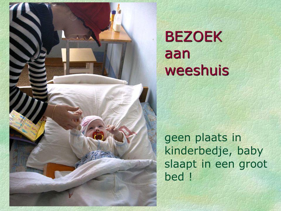 BEZOEK aan weeshuis geen plaats in kinderbedje, baby slaapt in een groot bed !