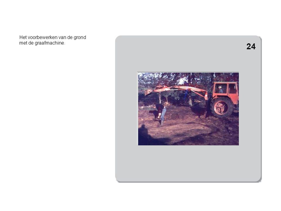 Het voorbewerken van de grond met de graafmachine.
