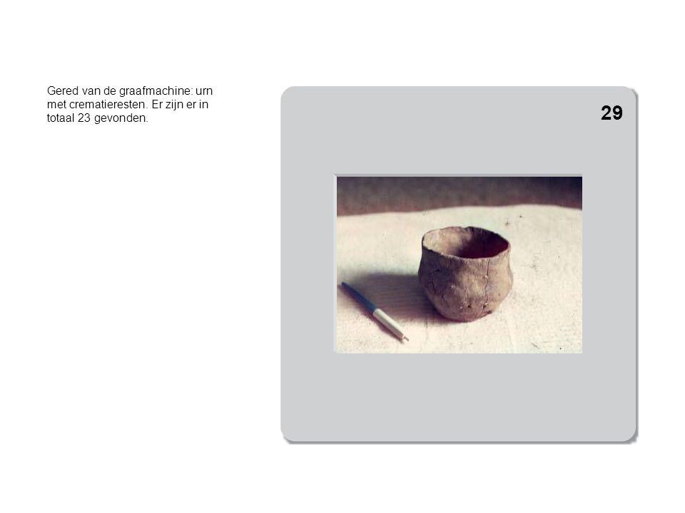 Gered van de graafmachine: urn met crematieresten