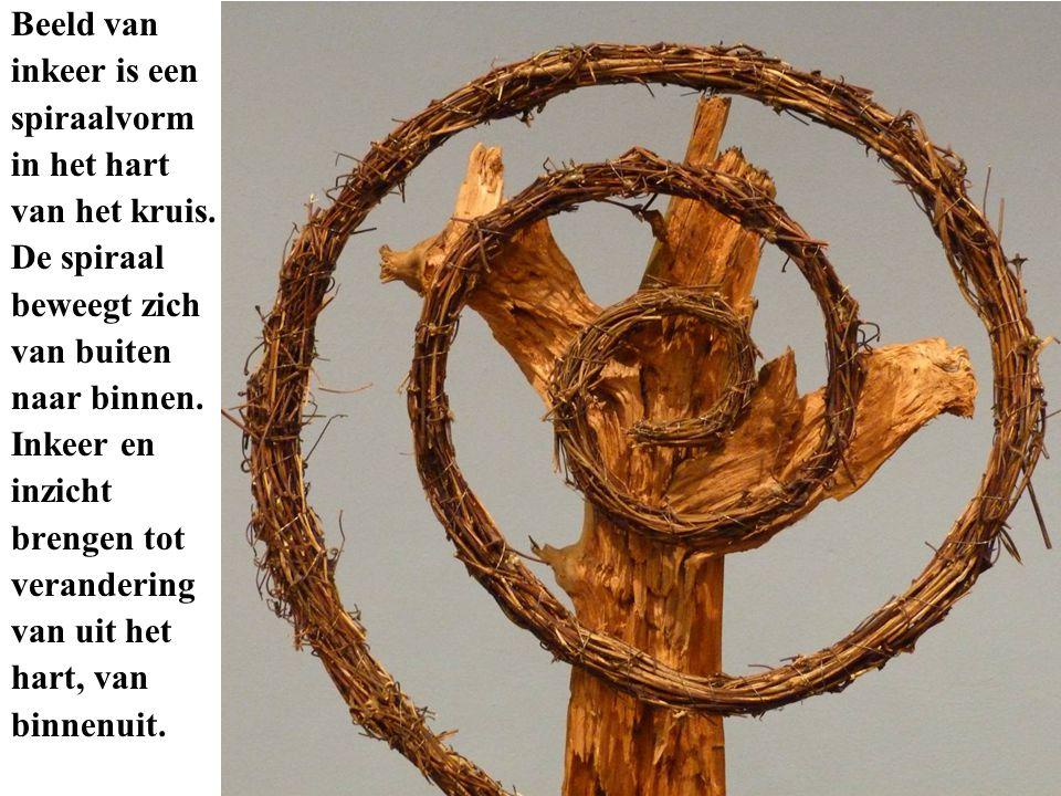 Beeld van inkeer is een. spiraalvorm. in het hart. van het kruis. De spiraal. beweegt zich. van buiten.