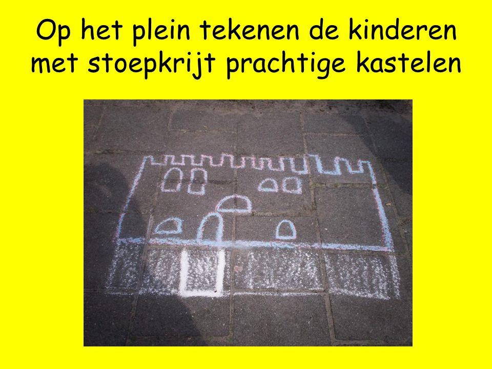 Op het plein tekenen de kinderen met stoepkrijt prachtige kastelen