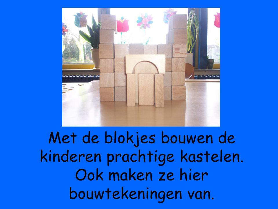 Met de blokjes bouwen de kinderen prachtige kastelen