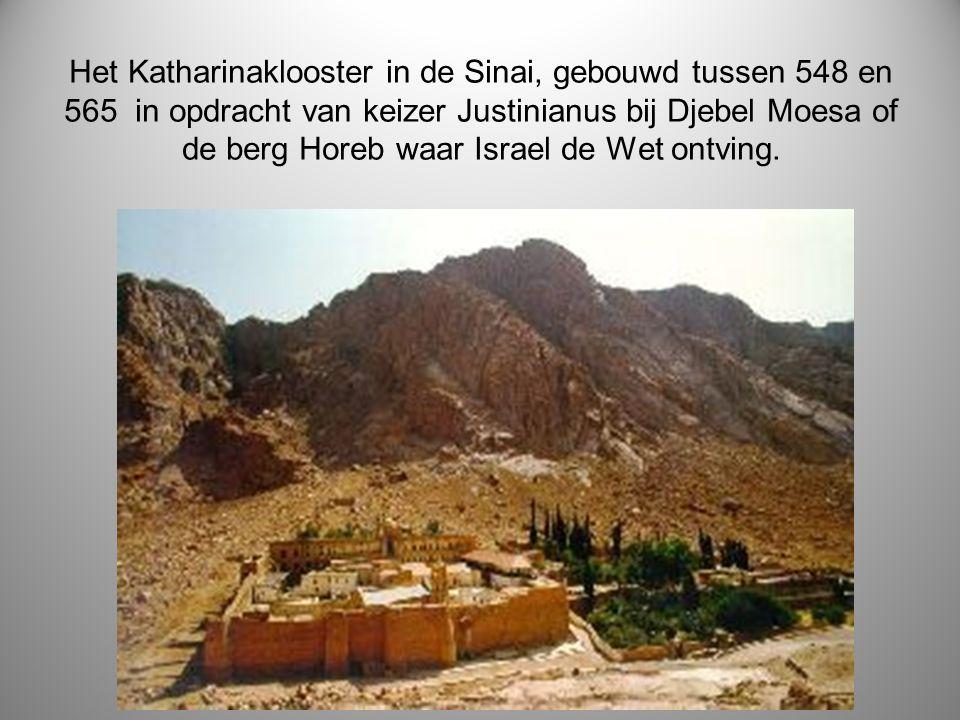 Het Katharinaklooster in de Sinai, gebouwd tussen 548 en 565 in opdracht van keizer Justinianus bij Djebel Moesa of de berg Horeb waar Israel de Wet ontving.