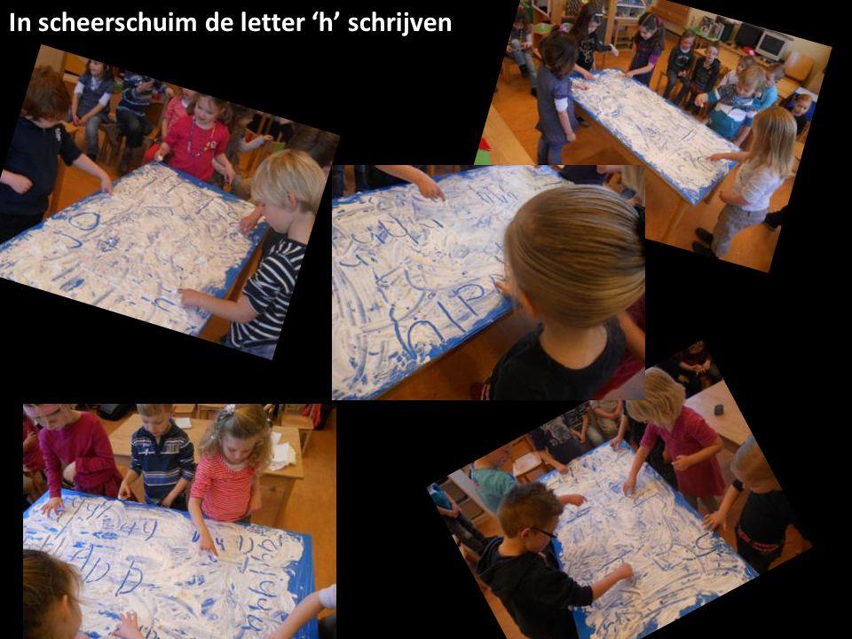 In scheerschuim de letter 'h' schrijven