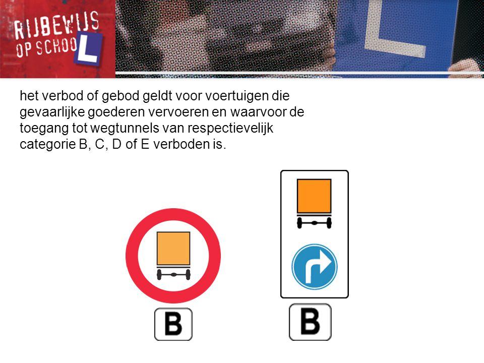 het verbod of gebod geldt voor voertuigen die gevaarlijke goederen vervoeren en waarvoor de toegang tot wegtunnels van respectievelijk categorie B, C, D of E verboden is.