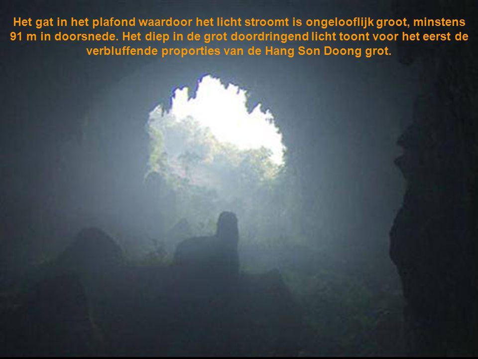 Het gat in het plafond waardoor het licht stroomt is ongelooflijk groot, minstens 91 m in doorsnede.