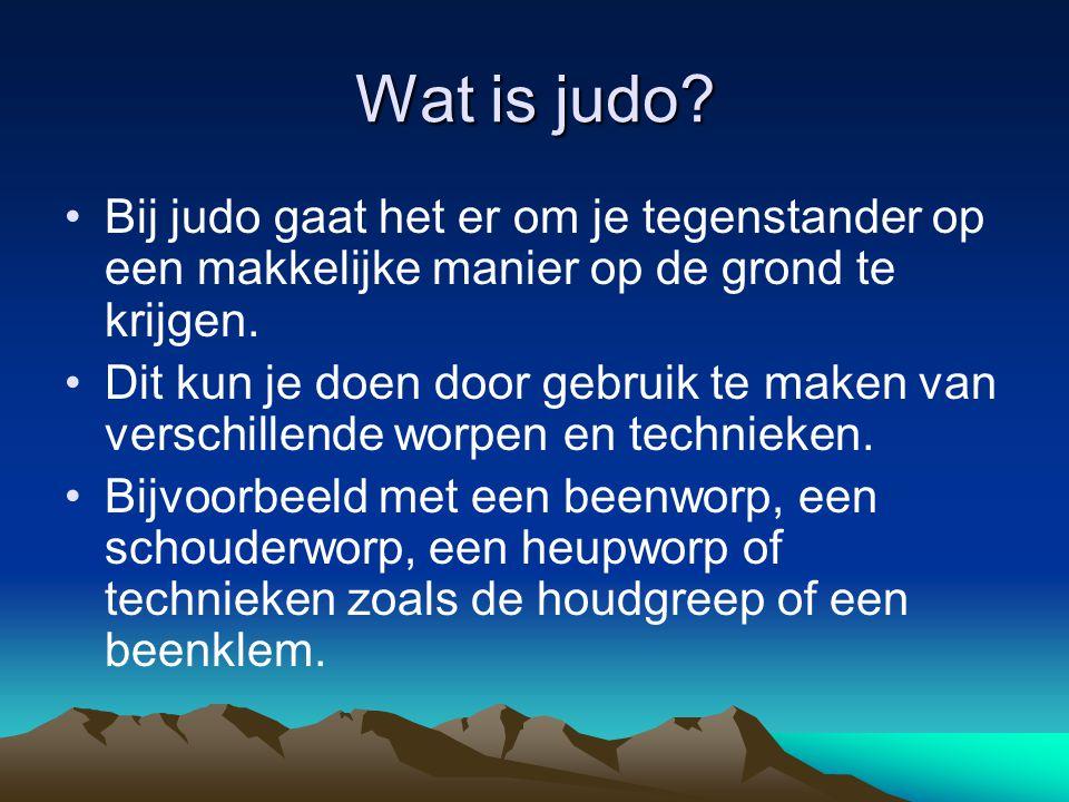 Wat is judo Bij judo gaat het er om je tegenstander op een makkelijke manier op de grond te krijgen.