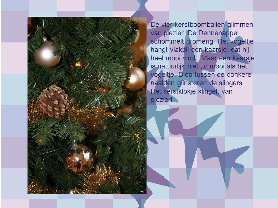 De vier kerstboomballen glimmen van plezier