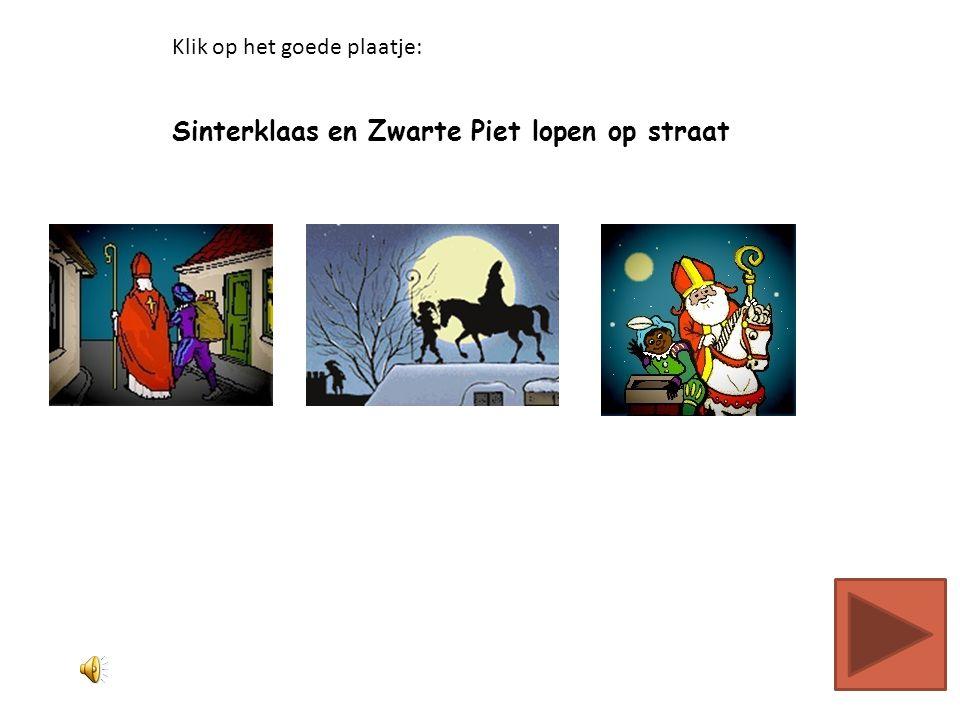 Sinterklaas en Zwarte Piet lopen op straat