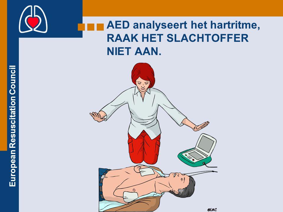 AED analyseert het hartritme, RAAK HET SLACHTOFFER NIET AAN.