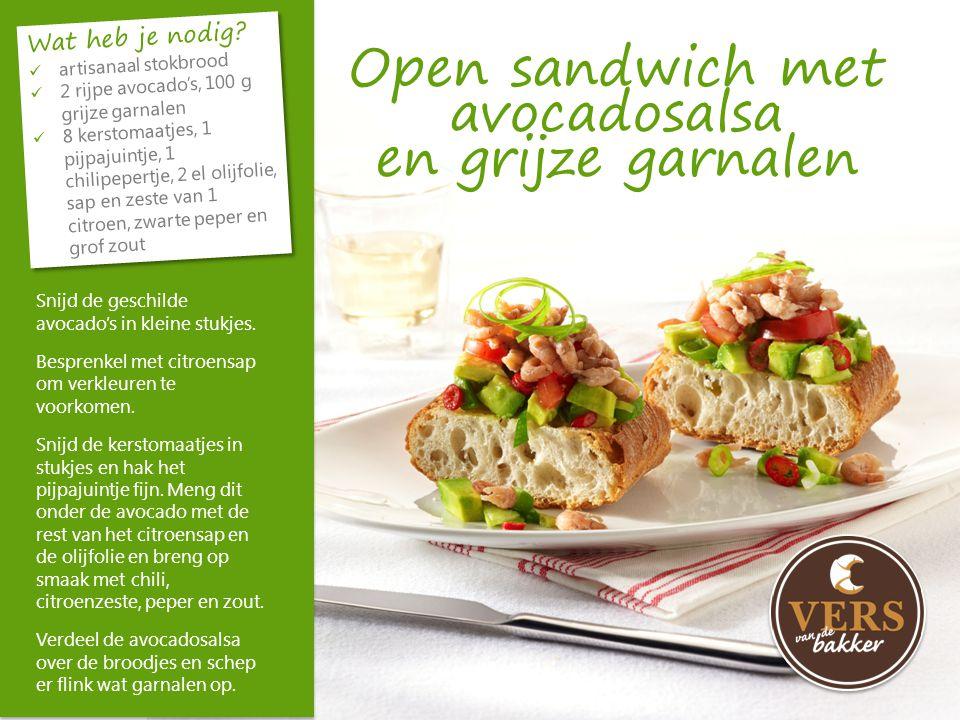 Open sandwich met avocadosalsa en grijze garnalen
