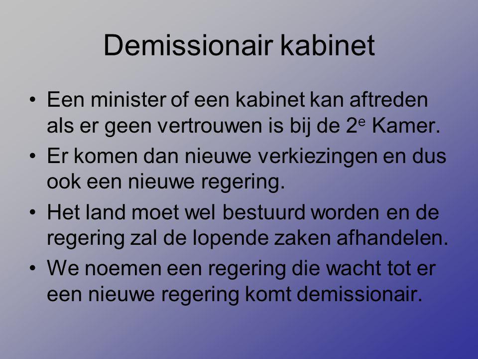 Demissionair kabinet Een minister of een kabinet kan aftreden als er geen vertrouwen is bij de 2e Kamer.