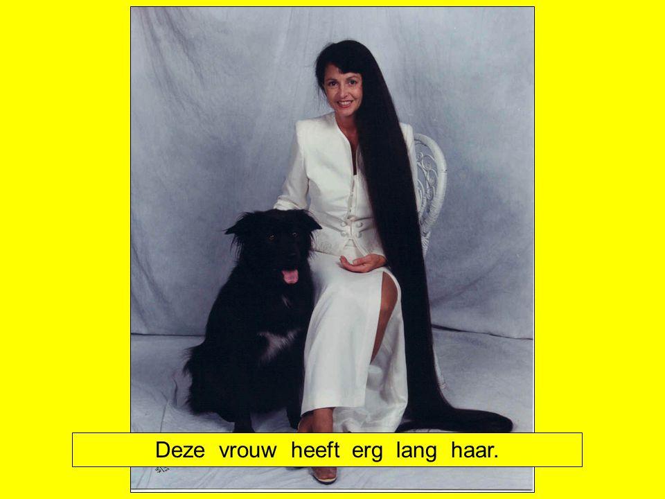 Deze vrouw heeft erg lang haar.