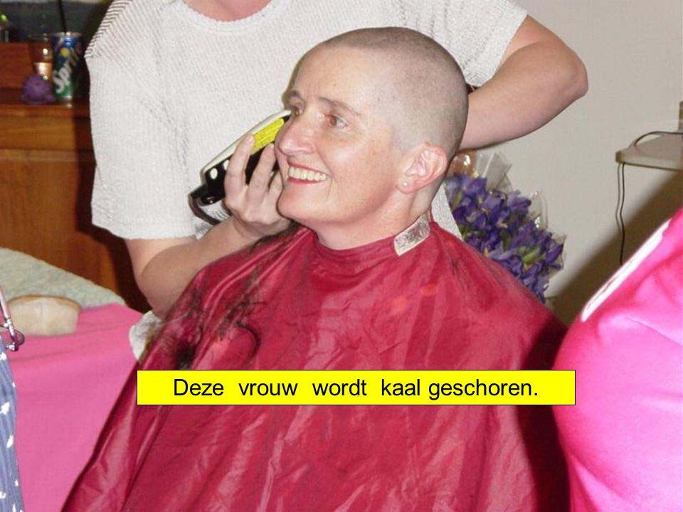 Deze vrouw wordt kaal geschoren.