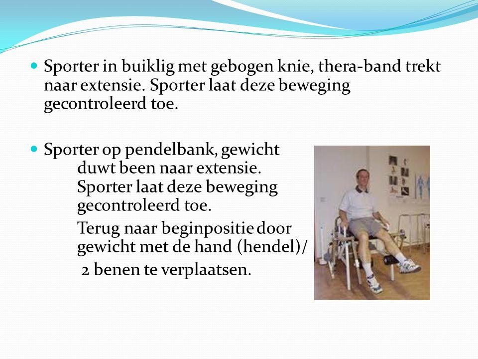 Sporter in buiklig met gebogen knie, thera-band trekt naar extensie