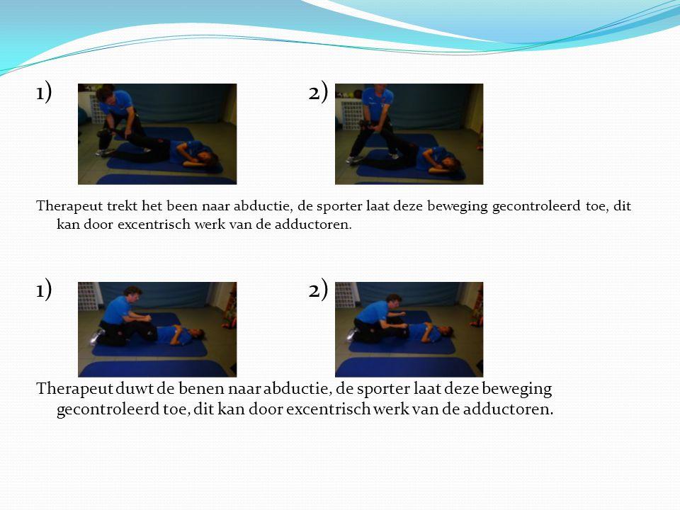 1) 2) Therapeut trekt het been naar abductie, de sporter laat deze beweging gecontroleerd toe, dit kan door excentrisch werk van de adductoren.