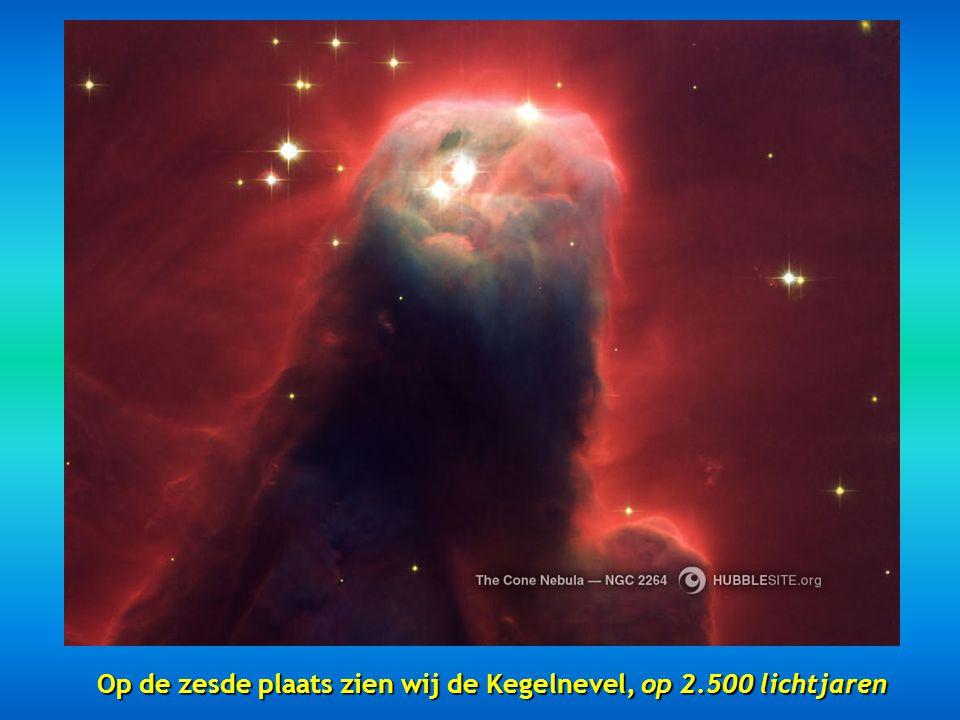 Op de zesde plaats zien wij de Kegelnevel, op 2.500 lichtjaren