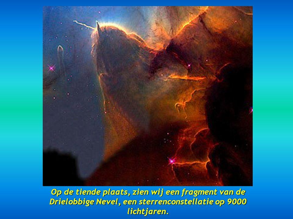 Op de tiende plaats, zien wij een fragment van de Drielobbige Nevel, een sterrenconstellatie op 9000 lichtjaren.