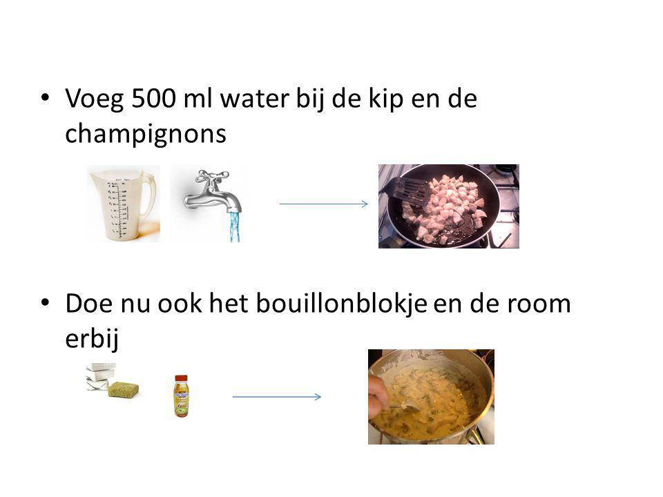 Voeg 500 ml water bij de kip en de champignons