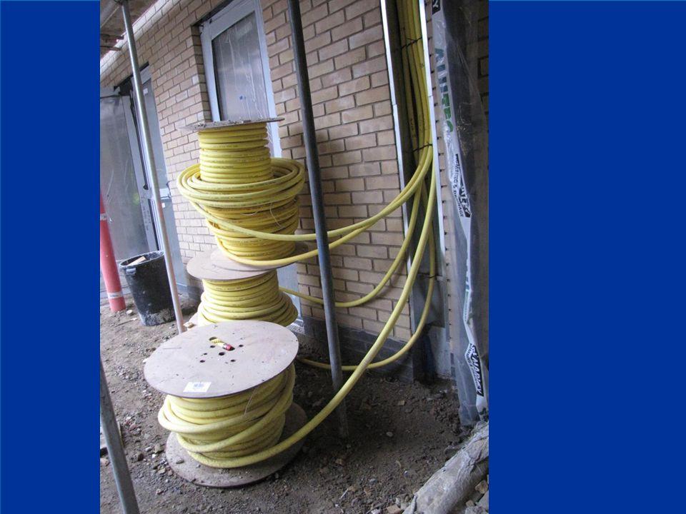 TRAC-PIPE aanleg van een PLT buis in een kabelgoot buiten het gebouw. Haspels met PLT buizen. NBN D51-003 addendum 1 - deel 2.
