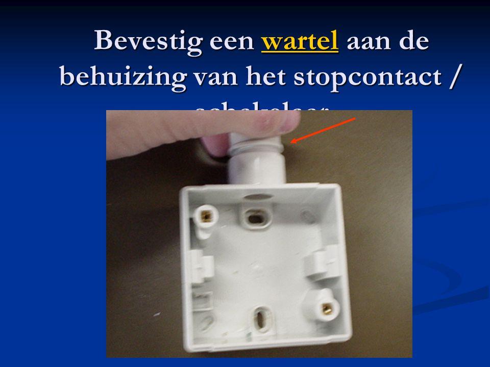 Bevestig een wartel aan de behuizing van het stopcontact / schakelaar