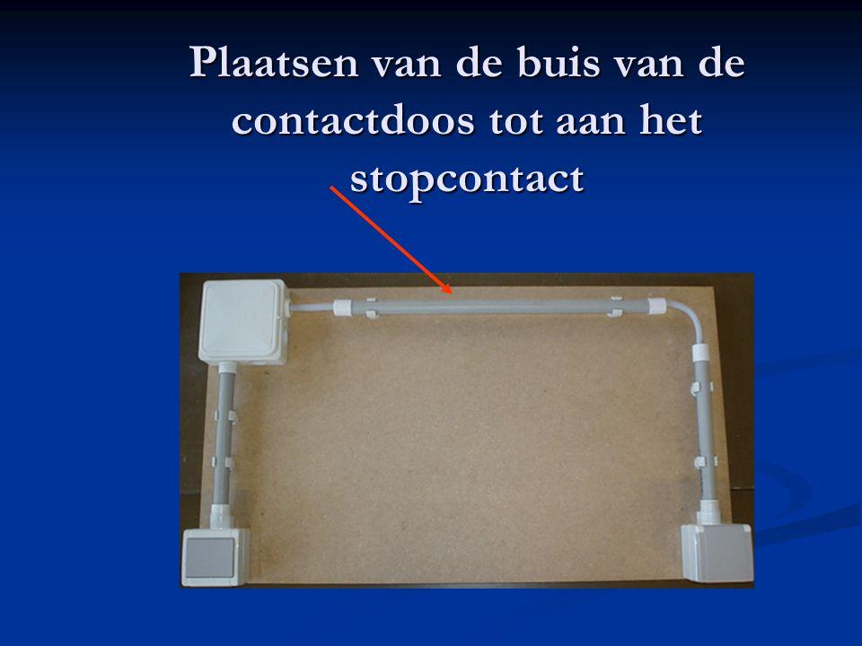 Plaatsen van de buis van de contactdoos tot aan het stopcontact