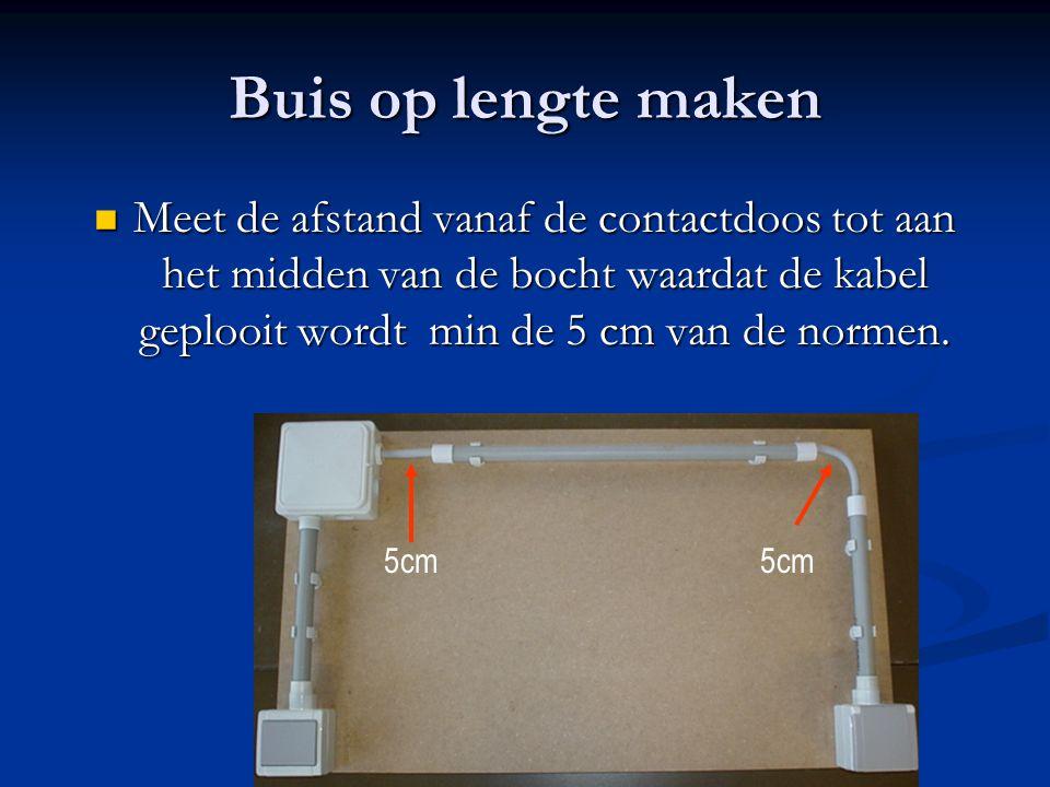 Buis op lengte maken Meet de afstand vanaf de contactdoos tot aan het midden van de bocht waardat de kabel geplooit wordt min de 5 cm van de normen.