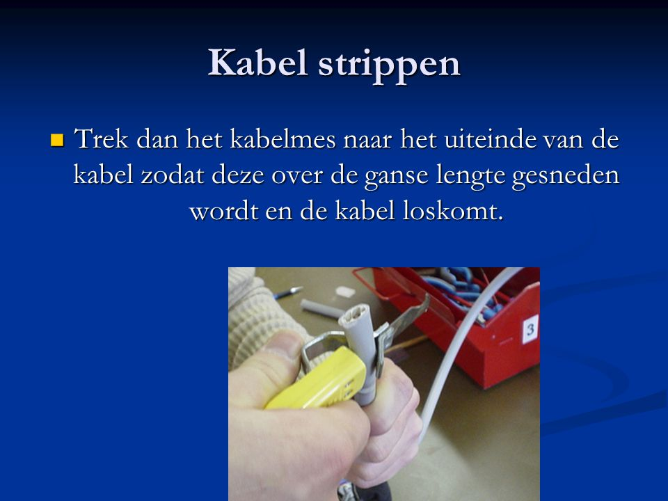 Kabel strippen Trek dan het kabelmes naar het uiteinde van de kabel zodat deze over de ganse lengte gesneden wordt en de kabel loskomt.